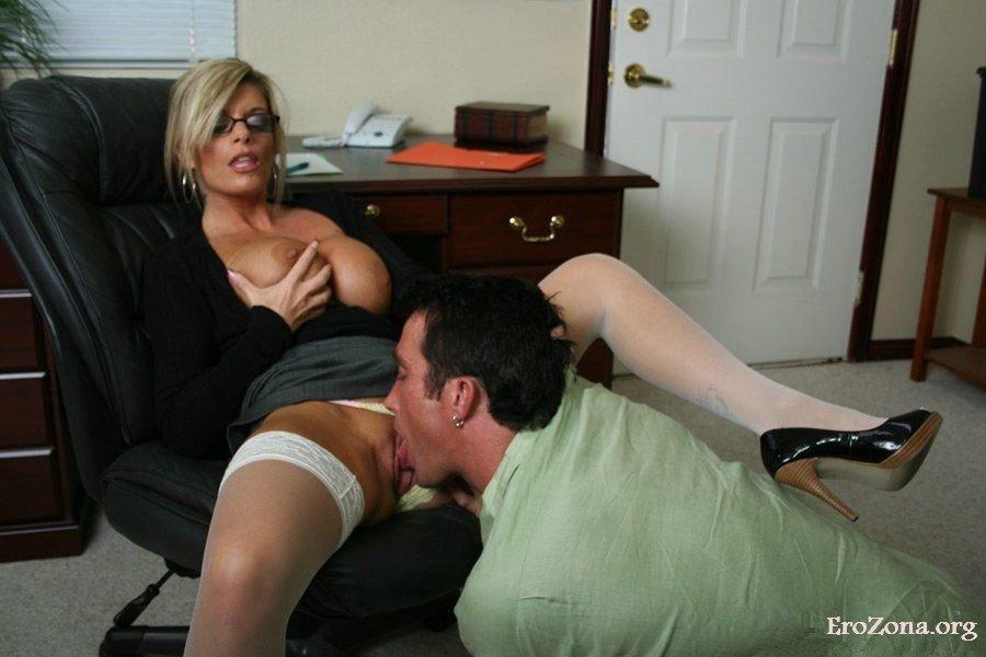 Порно Лижет Зрелой Под Столом