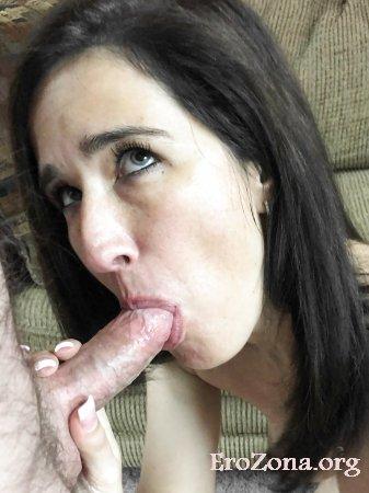 Домашнее фото жена сосёт хуй.