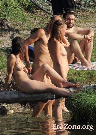 смотреть голые отдыхают на природе