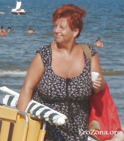 пожилая тетя в купальнике лифчике