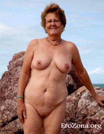 Обнаженная зрелая женщина на частных фото с отдыха