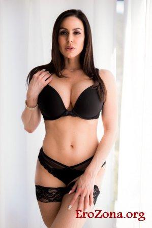 Зрелая порно актриса Кендра Ласт позирует в кружевных чулках и нижнем белье