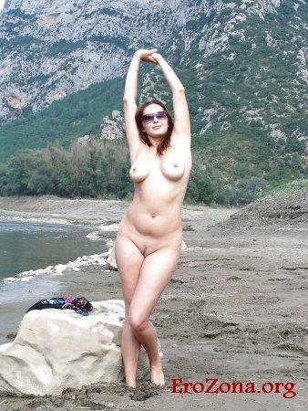 красивая девушка фотографируется на природе показывая свои интимные части тела