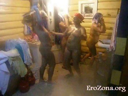 Зрелые бабы устроили в бане девичник и сняли его на видео выложив его в сеть
