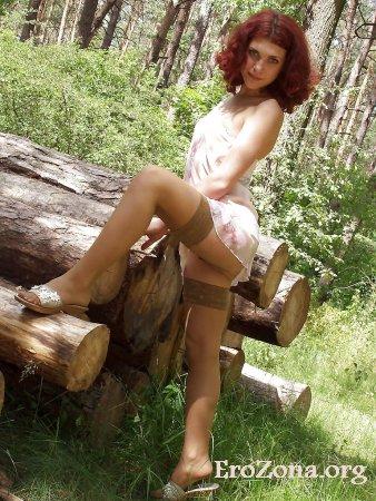 Эротические фото красивая девушка в чулках в лесу