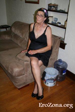 Развратная голая старушка позирует в чулках лежа на кровати