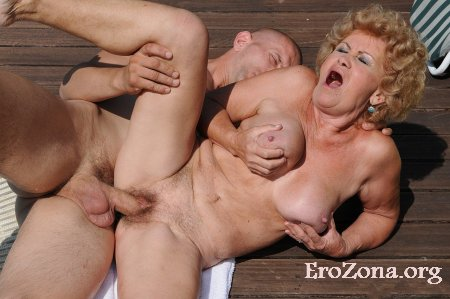 Секс фото старушки с молодыми парнями