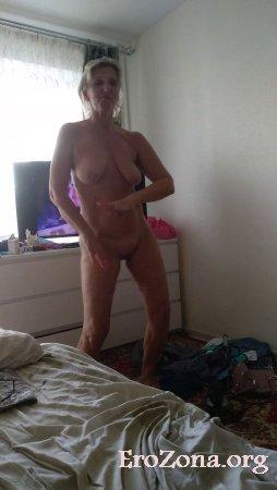 Зрелая русская женщина танцует голышом пред камерой