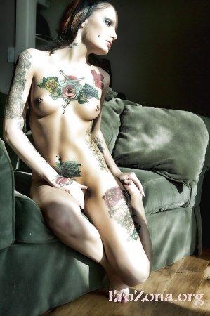 Фото голые девушки с наколками на теле и в интимных местах