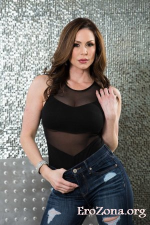 Зрелая мамочка Kendra Lust снимает джинсы и боди, чтобы позировать голой