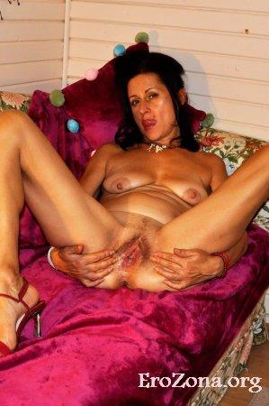 Дебют зрелой голой домохозяйки в домашнем порно демонстрирует свое влагалище