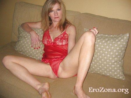 Красотка жена позирует в красном белье