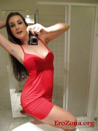 Селфи сексуальной девушки в красном платье