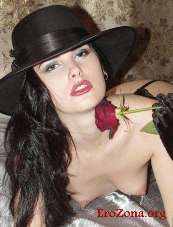 Черная шляпа красная роза