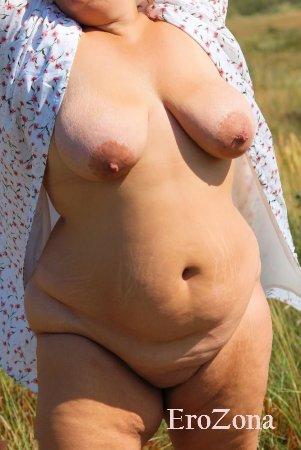 Эротические фото зрелой толстушки на природе