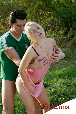 порно фото жаркий секс с блондинкой на природе