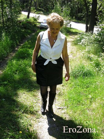 Бабушка трахается на природе
