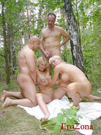 Групповушка русских свингеров на природе порно фото