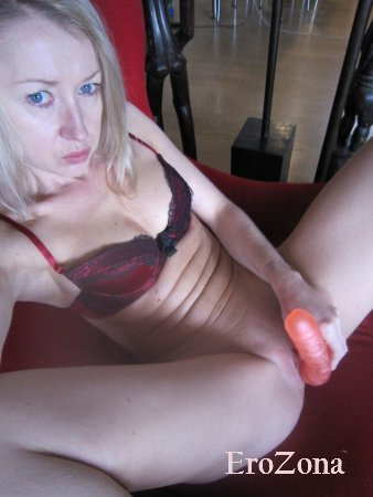 Белокурая жена Марго шлюха трахается и мастурбирует пизду