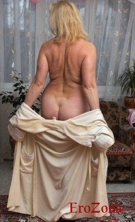Зрелая дама распахнула халат и показала свое красивое голое тело