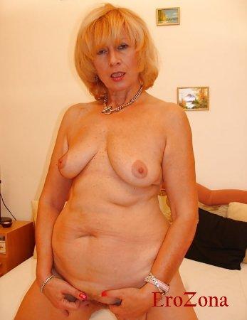 Ухоженная зрелая дама 60 лет показала пизду