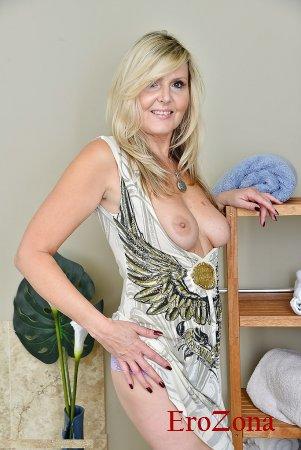 Зрелая голая мамаша с интимной стрижкой на лобке