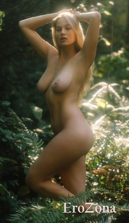Фото на природе модели Меган Мур (Megan Moore)