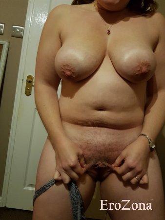 зрелая жена показывает свои обвисшие сиськи и киску