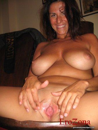 Грудастая мамочка раздвигает свои ляжки показывает голую пизду