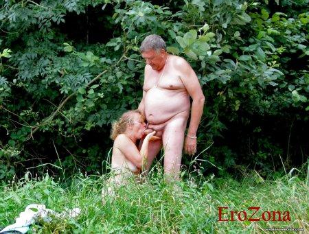 Мужик дает в рот зрелой матюрке на природе и трахает ее снимая на телефон