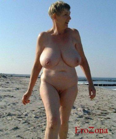 Пирсинг на большой груди и клиторе зрелой дамы на домашних порно фото