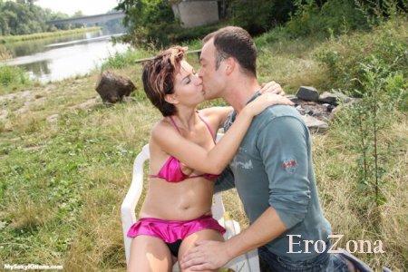 Девушка в купальнике сосет хуй и ебется на природе со своим мужчиной