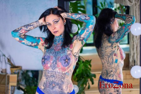 Брюнетка Helena Lo показывает свое стройное тело в татуировках