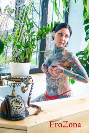 Эротическая фото сессия сексуальной брюнетки Helena Lo в ванной