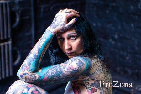 Домашние фотографии красивой женщины Helena Lo с татуировками на теле