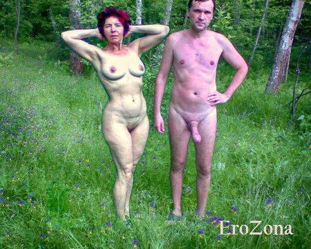 Зрелая пара гуляет и купается голыми
