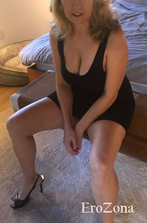 Сексуальная дама в облегающем платье показала пизду