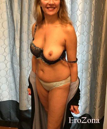 Зрелая красотка распахнула халатик показав свою красивую голую грудь