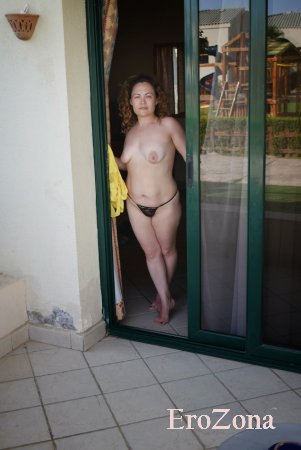 Шлюшка жена позирует в одних трусиках ню фото