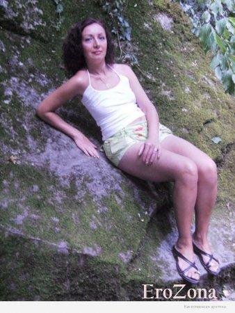 Интимные фото с прогулки на природе милой зрелой женщины