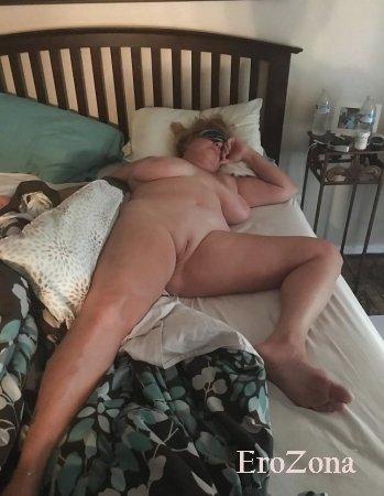 Моя пышная голая жена спит голышом