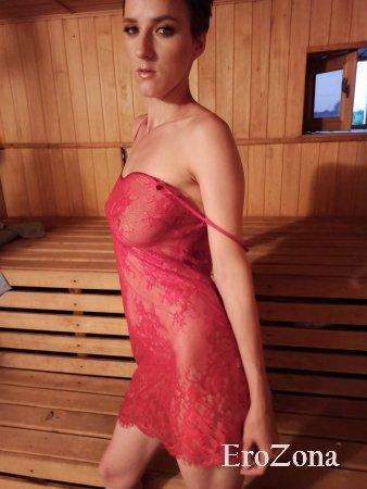 Стройная красотка позирует в прозрачном белье и полностью голая в бане