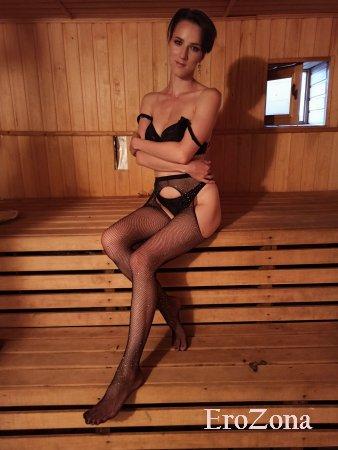 Худенькая девушка Саша в чулках на стройных ножках позирует голая в сауне