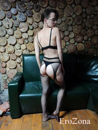 Стройная девушка Саша сняв нижнее белье позирует голая на диване