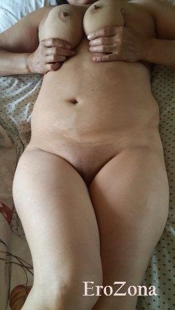 Голая жена в постели перед еблей