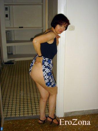 Жена задрав платье показала голую попку и пизду с интимной стрижкой на лобке
