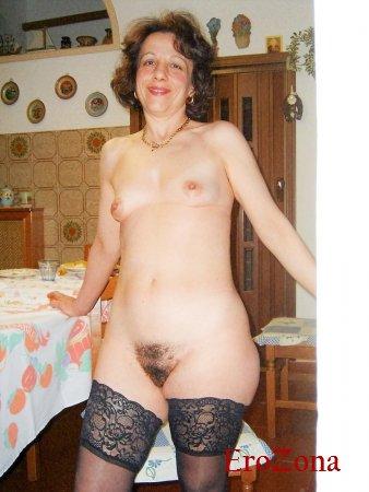 Итальянская зрелая шлюха Даниэла позирует голая на домашних фото