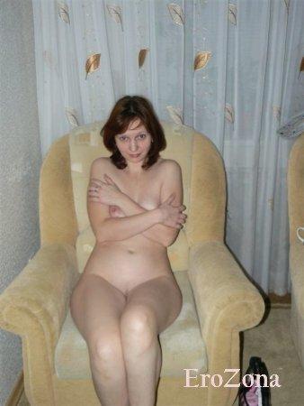 Жена показала свою волосатую пизду и упругую попку