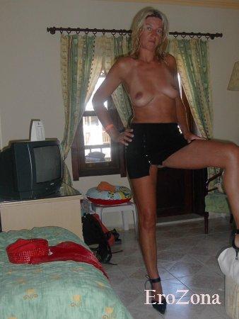 Домашние эротические фото сексапильной длинноногой мамочки