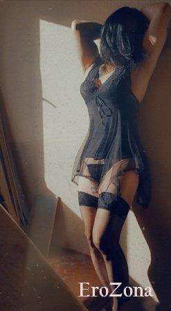 Сексуальная брюнетка в прозрачном белье на домашних фото